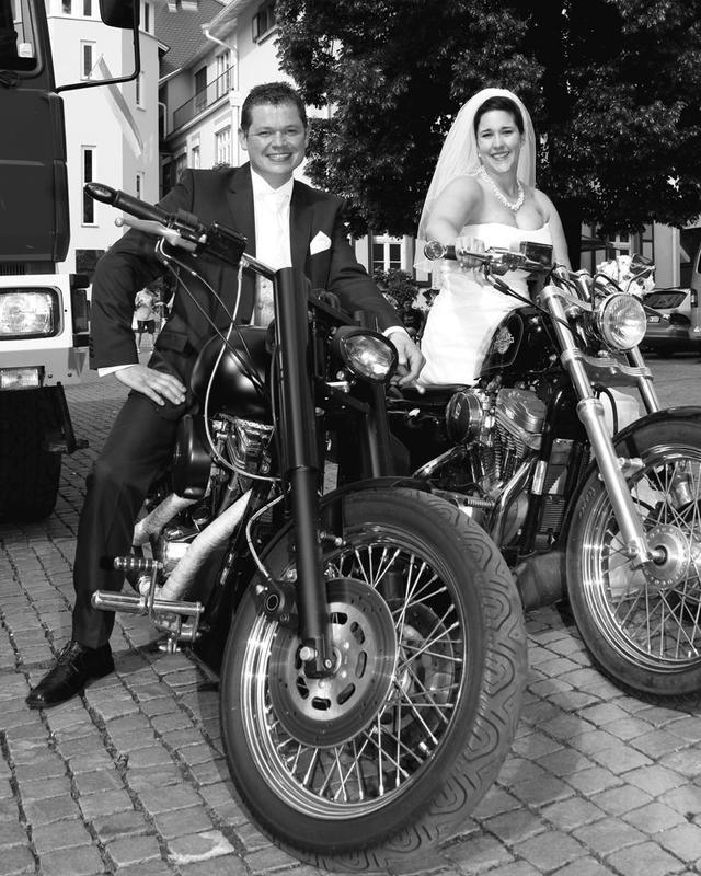 Brautpaar auf Motorräder