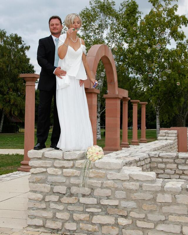 Brautpaar mi Seifenblasen